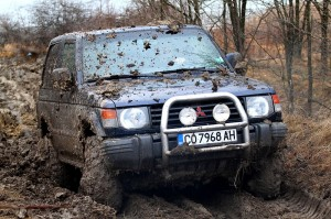800px-Mitsubishi_Pajero_in_off-roading