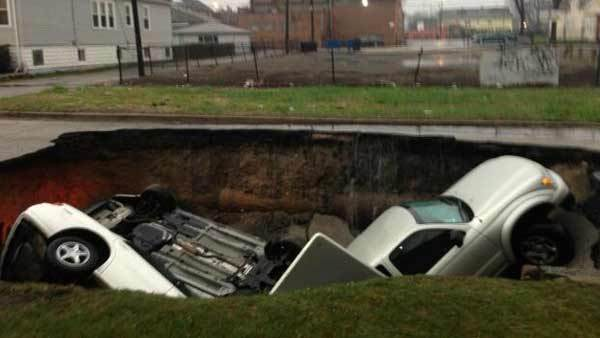 chi-sinkhole-swallows-3-cars-20130418-001